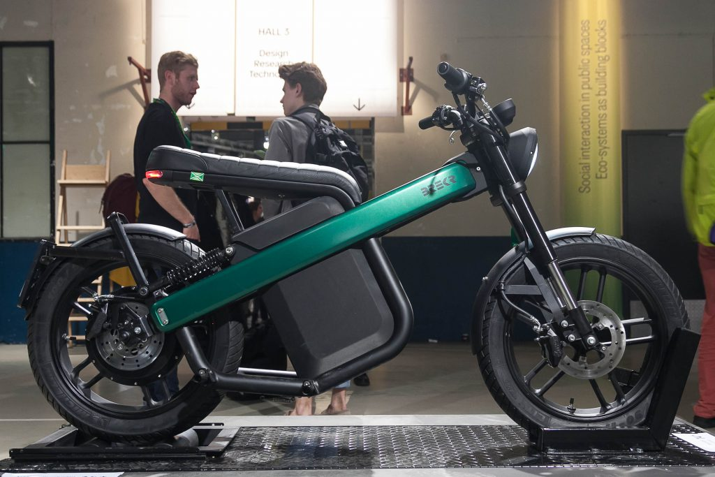 De BREKR Model B - een elektrische scooter die eruit ziet als een stoere futuristische motor.
